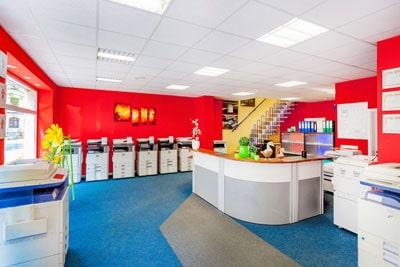 Fotos von Interieurs und Außenaufnahmen. Auf dem Bild ist ein Innenraum eines Geschäftes, der professionelle Drucke vertreibt