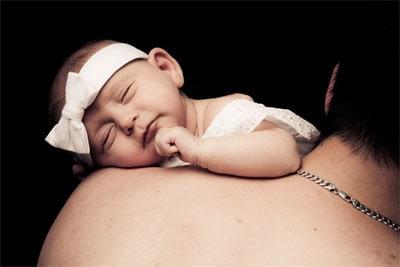 Baby auf Papas Schultern
