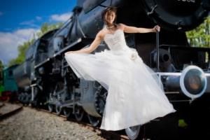 Mutige Braut auf der Dampflock