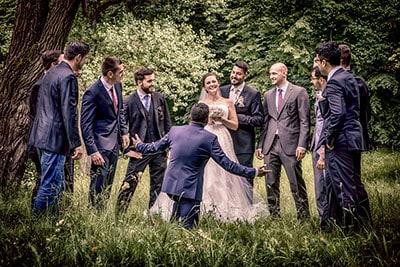 Viele Männer umkreisen eine schöne Braut