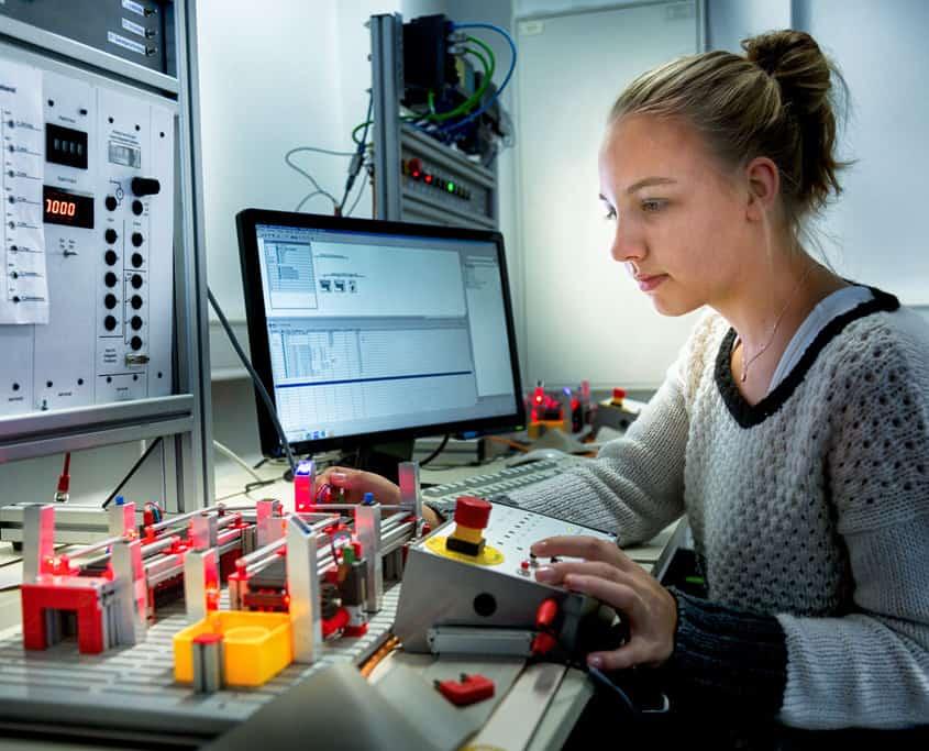 Junge Frau im Technikerberuf