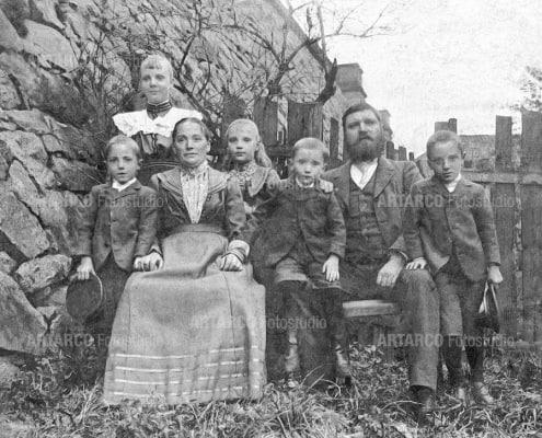 Fotografie einer Großfamile - die Fingerabdrücke wurden entfernt