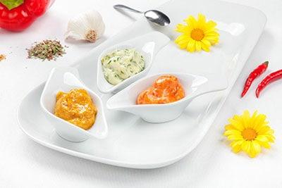 Professionelle Foodaufnahmen auf hellem Hintergrund mit dekorativen Objekten