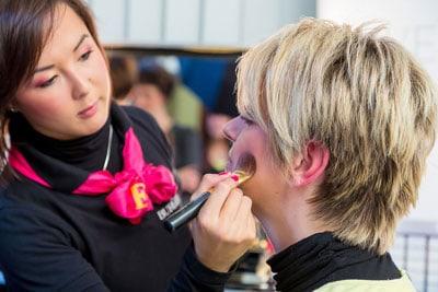 Fotodokumentation und Fotografie für Ihre Firma. Hier eine Kosmetikerin schminkt ihre Kundin