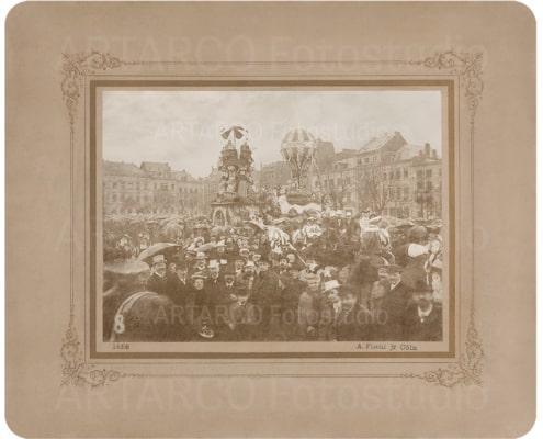 Fotorestaurierung und Wiederherstellung beschädigter Bildteilen. Hier ein Foto mit Menschenmenge auf einem Platz bei Ankunft des Kaisers