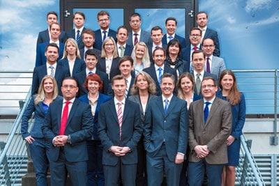 Gruppenfotos. Hier mehrere Mitarbeiter einer Firma aus Nürnberg posieren vor der Firmengebäude