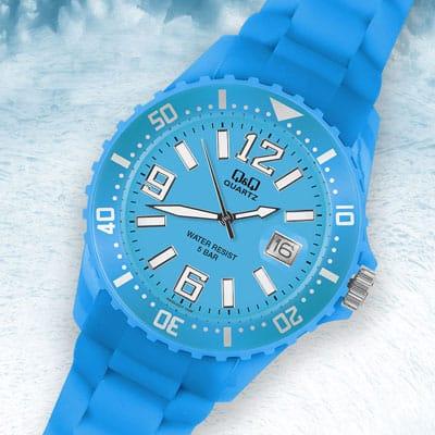 Moderne Produktfotografie einer hellblauen Uhr vor eisigem Hintergrund