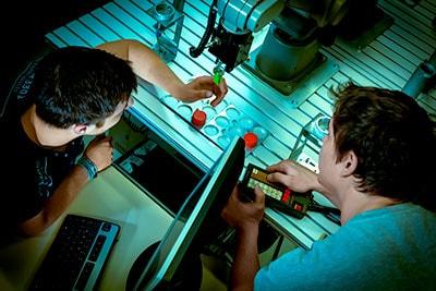 Junge Techniker während eines Arbeitsprozess