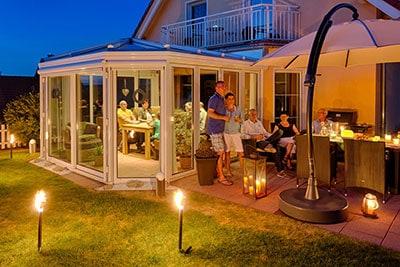 Aussenaufnahmen eines Wohnhauses mit stimmungsvoller Beleuchtung am Abend
