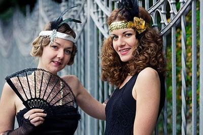 Verkleidete jungen Frauen lachen in die Kamera