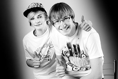 Männliche Teenager in weißen Shirts